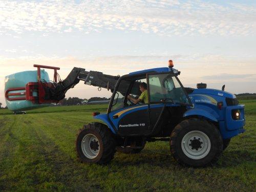 Foto van een New Holland LM435a, bezig met poseren.. Geplaatst door Ruben-Wind op 05-09-2012 om 21:48:06, met 11 reacties.