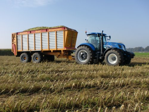 Foto van een New Holland T 7.270, bezig met poseren.. Geplaatst door nh8770a op 14-11-2012 om 21:06:30, met 8 reacties.