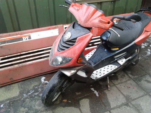 Foto van een New Holland scooter, bezig met poseren. plaatje is voor @fiatgroep dus staan laten a.u.b.