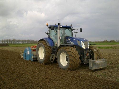 Foto van een New Holland T 7070, bezig met poseren.. Geplaatst door jack820 op 12-12-2012 om 17:39:59, met 17 reacties.