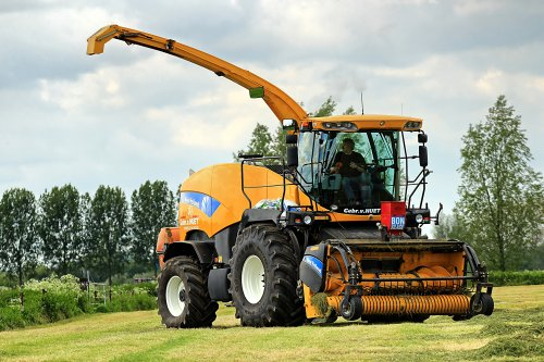 Foto van een New Holland FR 9050, bezig met gras hakselen. voor de fb pagina van het bedrijf: https://www.facebook.com/pages/Loonbedrijf-Gebr-Van-Huet/511813132184492