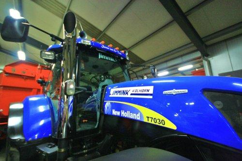 Foto van een New Holland T 7030, bezig met poseren. Een New Holland T7030 op de opendag bij loonbedrijf Jimmink uit Kolhorn. Binnenkort meer op http://www.trekkertrekker.nl