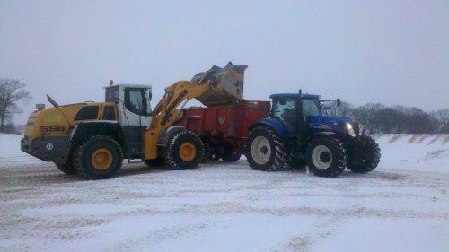 Foto van een New Holland T 7030, bezig met dumperen.. Geplaatst door olafbouma op 27-01-2013 om 13:38:09, op TractorFan.nl - de nummer 1 tractor foto website.