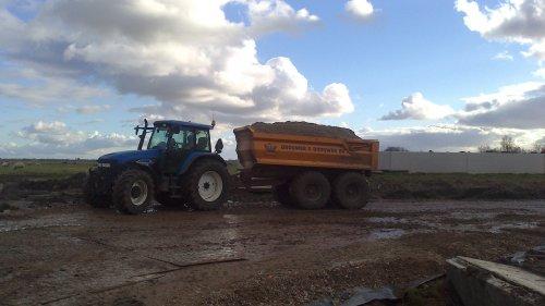 Zand rijden voor de nieuwe stal, met de TM 155.. Geplaatst door Romke op 08-02-2013 om 20:12:11, op TractorFan.nl - de nummer 1 tractor foto website.