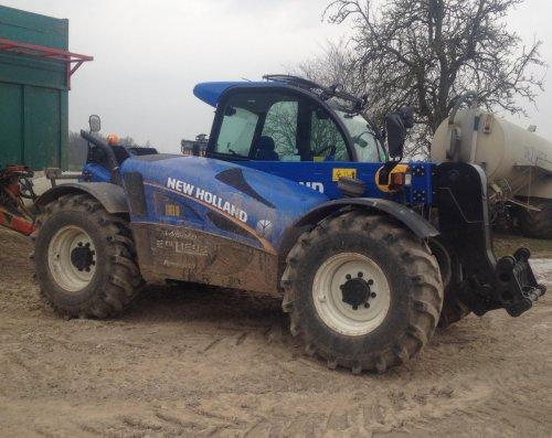 Foto van een New Holland LM 5060, bezig met poseren.. Geplaatst door nht8040 op 01-03-2013 om 19:29:55, met 10 reacties.