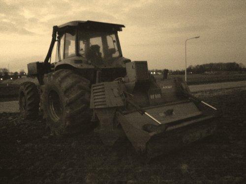 Foto van een New Holland G 310 met bosfrees, bezig met poseren.lijkt bijna oud zo :). Geplaatst door marco steyr op 21-03-2013 om 20:09:54, op TractorFan.nl - de nummer 1 tractor foto website.