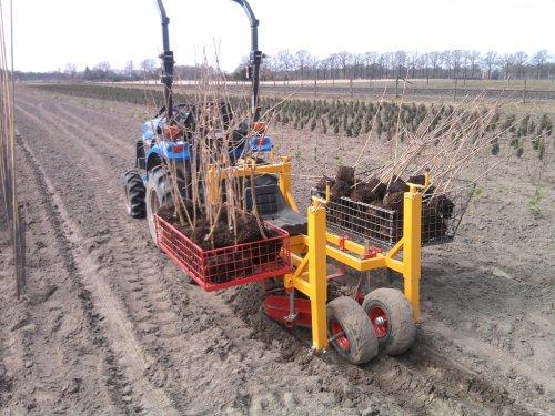 Foto van een New Holland TC21D. Met de Damcon plantmachine.. Geplaatst door wouterk op 10-04-2013 om 16:39:02, met 10 reacties.