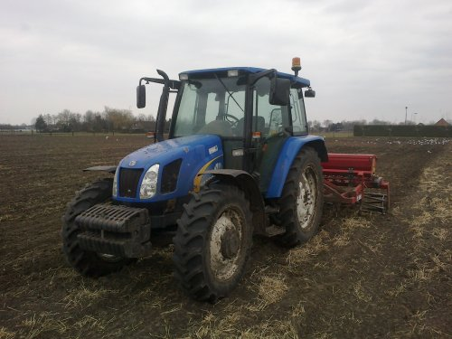 Foto van een New Holland TL 90 A, bezig met ploegen / eggen.. Geplaatst door rick newholland op 12-04-2013 om 21:05:56, op TractorFan.nl - de nummer 1 tractor foto website.