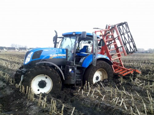 Foto van een New Holland T 7.170, druk bezig met Vast Zitten.. Geplaatst door olafbouma op 14-04-2013 om 17:24:19, met 7 reacties.