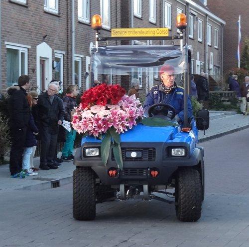 Foto van een New Holland Onbekend, bezig met poseren bloemencorso Noordwijkerhout 2013.. Geplaatst door warmerbros op 19-04-2013 om 22:47:53, met 5 reacties.