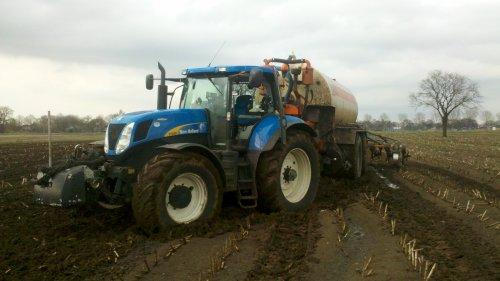 Foto van een New Holland T 7030, druk bezig met Vast Zitten.. Geplaatst door olafbouma op 21-04-2013 om 21:53:13, met 3 reacties.