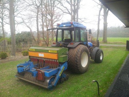 Foto van een New Holland TN 75 F, bezig met zaaien.. Geplaatst door jornwijthmen op 25-04-2013 om 22:15:11, op TractorFan.nl - de nummer 1 tractor foto website.