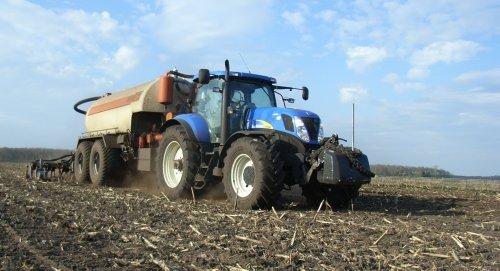 Foto van een New Holland T 7030, bezig met bemesten.. Geplaatst door olafbouma op 26-04-2013 om 18:41:53, op TractorFan.nl - de nummer 1 tractor foto website.