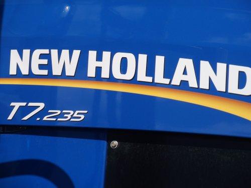 Foto van een New Holland Logo, bezig met poseren bij de Grossglockner in Oostenrijk.. Geplaatst door gkgerbengk op 12-05-2013 om 16:03:40, op TractorFan.nl - de nummer 1 tractor foto website.
