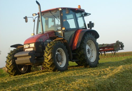 Foto van een New Holland L 95, bezig met maïs inkuilen.. Geplaatst door FiatM135fan op 16-05-2013 om 15:09:53, op TractorFan.nl - de nummer 1 tractor foto website.