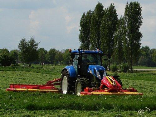 Foto van een New Holland T 6070 Gen2, bezig met gras maaien.  na enige twijfel vandaag toch het eerste gras gemaait. dat alles onder het motto vaake buj te bange :P
