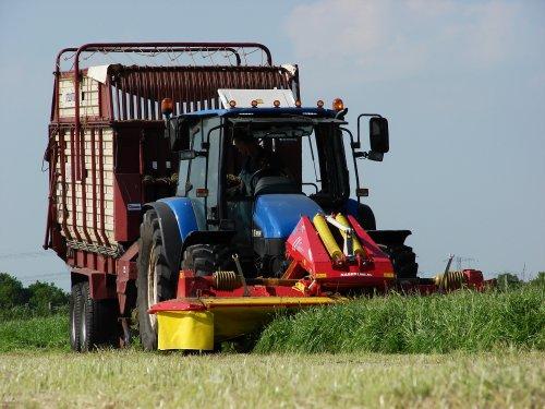 Foto van een New Holland TL 90, bezig met gras maaien. stalvoedering.. Geplaatst door Wilting NH op 21-06-2013 om 10:34:44, met 11 reacties.