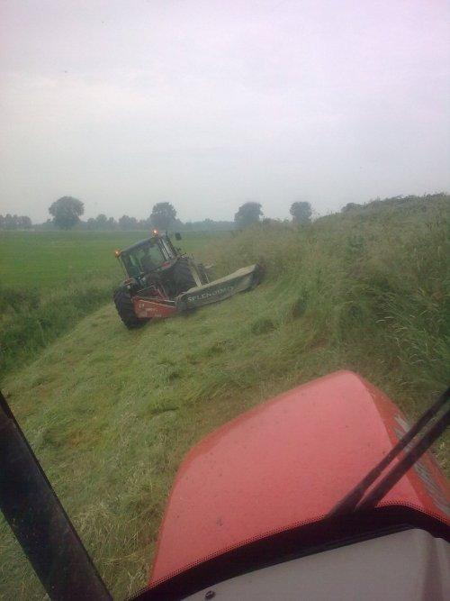 Foto van een New Holland TN 95, bezig met gras maaien.. Geplaatst door MF 2725 op 22-06-2013 om 16:38:25, met 18 reacties.