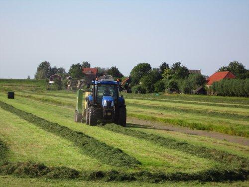 Foto van een New Holland TS 110 A, bezig met balen persen.. Geplaatst door Valtrapowerr op 14-07-2013 om 15:54:25, op TractorFan.nl - de nummer 1 tractor foto website.