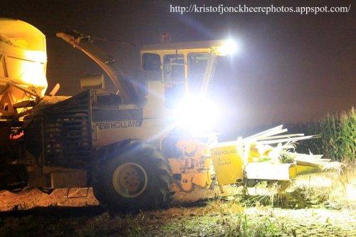 Foto van een L'articulee 2025 (New Holland 2405), bezig met s'nachts maïs te hakselen   meer foto's kan je terug vinden op  [url]http://kristofjonckheerephotos.appspot.com/[/url]