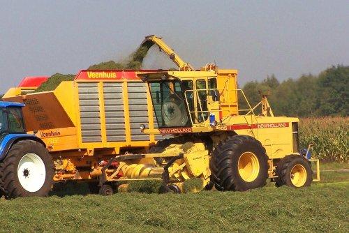 Foto van een New Holland 2405, bezig met gras hakselen. Nooyen-Boxmeer  2005. Geplaatst door Martin Holland op 21-11-2013 om 08:44:07, op TractorFan.nl - de nummer 1 tractor foto website.