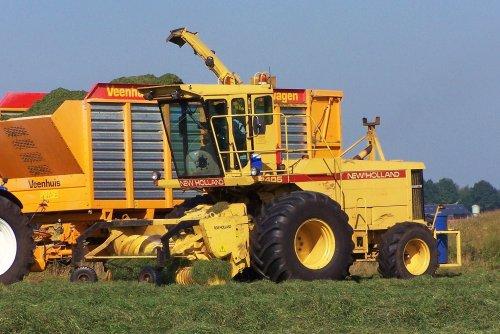 Foto van een New Holland 2405, bezig met gras hakselen. Jammer dat ie niet de grote achterbanden heeft die eigenlijk op een 2405 horen, maar buiten dat is het toch wel een prachtmachine.  Nooyen en v. Boxmeer 2005