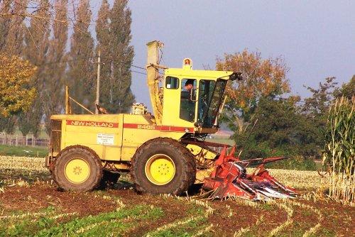 Foto van een New Holland 2405, bezig met maïs hakselen. Toch ook maar eens de foto's opgezocht van een 2405 die wel de grote wielmaat achter heeft, en het is volgens mij ook de enige zo die ik ooit op de foto heb gezet. Busschaert uit Aalter hakselde hiermee in okt. 2005 in de buurt van Ruiselede.