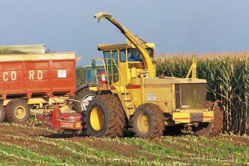 Foto van een New Holland 2405, bezig met maïs hakselen. Ik was in de veronderstelling dat ik deze schitterende hakselaar al hier op deze site had gezet, maar blijkbaar was dat toch niet zo.   Bij deze dus.. ;-)  Busschaert uit Aalter, okt. 2005
