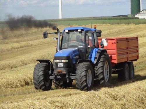 Foto van een New Holland TM 150, bezig met poseren. Nog en foto van de oogst :) Bij ons in Denemarken.