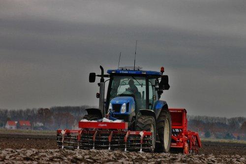 Foto van een New Holland TS 110 A, bezig met zaaien.. Geplaatst door NHtvt135 op 01-12-2013 om 17:02:39, op TractorFan.nl - de nummer 1 tractor foto website.