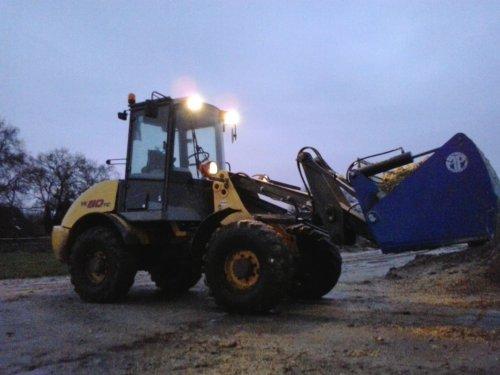 Foto van een New Holland W 80 TC, druk bezig met Voeren.. Geplaatst door Jasperfendt op 09-12-2013 om 17:10:45, op TractorFan.nl - de nummer 1 tractor foto website.