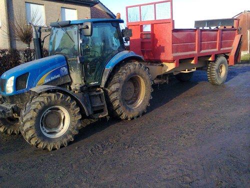 Foto van een New Holland T 6010, bezig met poseren.. Geplaatst door RobinVL op 17-12-2013 om 20:57:41, op TractorFan.nl - de nummer 1 tractor foto website.