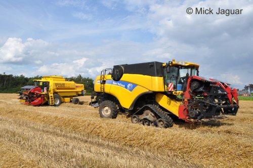 New Holland TX65 plus en New Holland CX8050, beiden met een Geringhoff maaibord, net klaar met maaidorsen. Loonwerkbedrijf Kristof Willems uit Evergem (B)  Filmpje? -> http://www.tractorfan.nl/movie/31338/