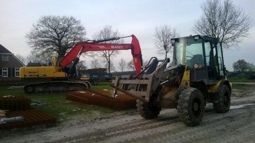 Foto van een New Holland W 80 TC, bezig met poseren.. Geplaatst door bart99 op 25-01-2014 om 20:45:51, met 3 reacties.