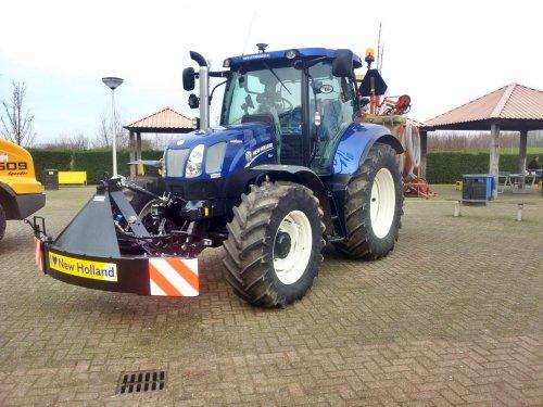 Foto van een New Holland T 6.160 Blue Power, druk bezig met Poseren.. Geplaatst door kevinmertens op 25-01-2014 om 21:27:42, met 12 reacties.
