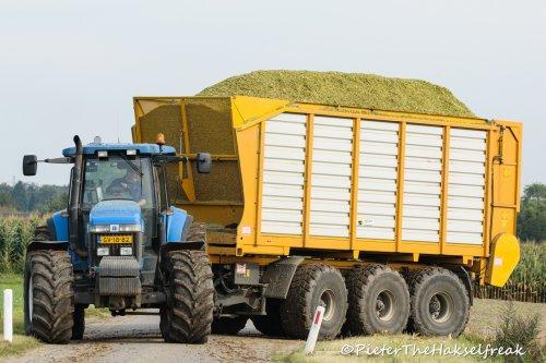 Bij deze foto moet je het geluid van krakende assen er maar bij verzinnen. Met een beetje fantasie lukt dat best :-)  Loonbedrijf Maas, Kessel (NL)
