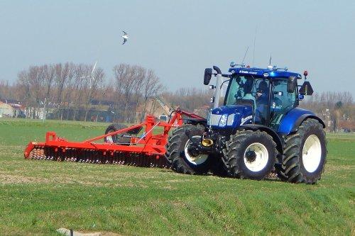 Foto van een New Holland T 6.160, bezig met ploegen / eggen.  Is dit geen prachtig mini-Bluepowertje?