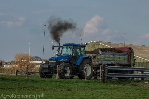 Foto van een New Holland TM 155.  Gassss op die krukas!  Loonbedrijf van der Tol vanmiddag aan het meststrooien met hun New holland TM 155 en strautman mestkar!