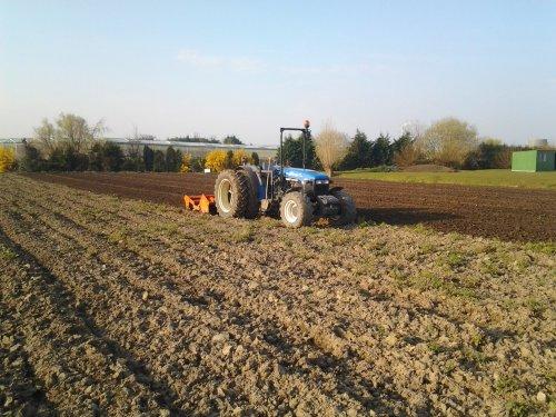 Foto van een New Holland TN 90 F, bezig met ploegen / eggen.. Geplaatst door timhofstede op 29-03-2014 om 12:40:10, op TractorFan.nl - de nummer 1 tractor foto website.