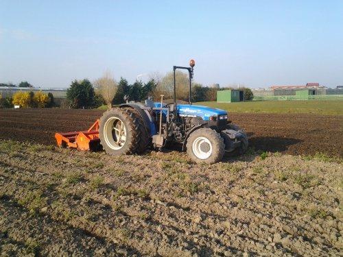 Foto van een New Holland TN 90 F, bezig met ploegen / eggen.. Geplaatst door timhofstede op 29-03-2014 om 12:40:16, op TractorFan.nl - de nummer 1 tractor foto website.