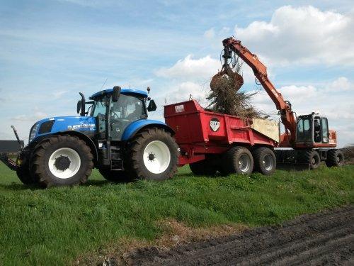 Foto van een New Holland T 7.170, bezig met takken rijden voor het paasvuur in Buinerveen.. Geplaatst door Newholland2 op 13-04-2014 om 19:22:41, op TractorFan.nl - de nummer 1 tractor foto website.