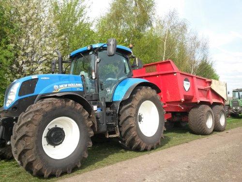 Foto van een New Holland T 7.170, bezig met takken rijden voor het paasvuur in Buinerveen.. Geplaatst door Newholland2 op 13-04-2014 om 19:23:31, op TractorFan.nl - de nummer 1 tractor foto website.