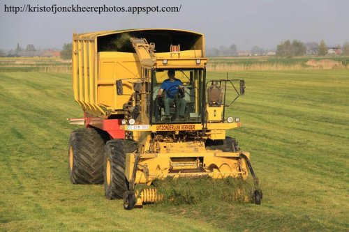 Foto van een L'articulee 2025 (New Holland 2405), bezig met gras hakselen. Meer foto's kan je terug vinden op http://kristofjonckheerephotos.appspot.com/