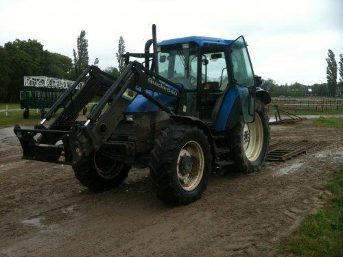 Foto van een New Holland TS 90, druk bezig met Drafbaan slepen. Geplaatst door josh op 11-05-2014 om 13:47:25, op TractorFan.nl - de nummer 1 tractor foto website.