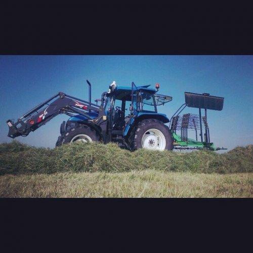 Foto van een New Holland TS 90, druk bezig met Gras harken.. Geplaatst door newholland- op 20-05-2014 om 12:22:29, op TractorFan.nl - de nummer 1 tractor foto website.