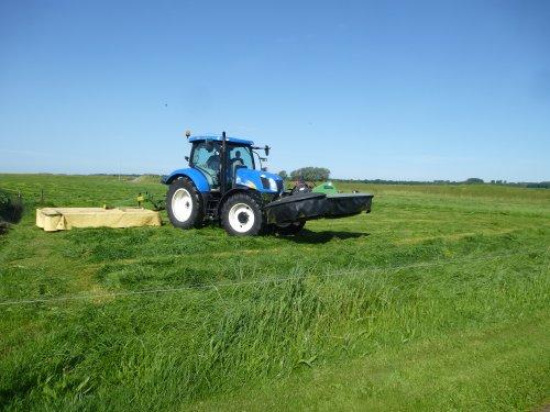 Foto van een New Holland T 6040, bezig met gras maaien.. Geplaatst door berryfendt936 op 12-06-2014 om 20:52:15, op TractorFan.nl - de nummer 1 tractor foto website.