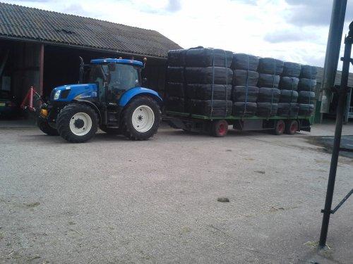 Foto van een New Holland T 6040, bezig met poseren.. Geplaatst door berryfendt936 op 16-06-2014 om 15:40:46, op TractorFan.nl - de nummer 1 tractor foto website.