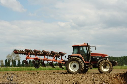 Nog eentje van de New Holland G190 met Vogel & Noot 5 schaar ploeg. Een mooie stoere combinatie!. Geplaatst door MMaarten op 28-06-2014 om 17:08:35, op TractorFan.nl - de nummer 1 tractor foto website.