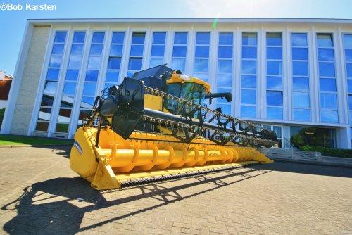 Foto van een New Holland CR 9090, bezig met poseren. Bij de New Holland fabriek in Zedelgem.  Voor meer, like dit even:  https://www.facebook.com/BKarstenBeeldproductie?fref=ts
