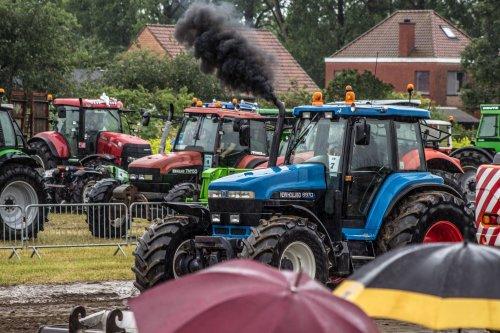 Foto van een New Holland 8970 A, bezig met trekkertrekken.op een natte zondag :p. Geplaatst door jaan op 12-07-2014 om 19:14:01, met 3 reacties.